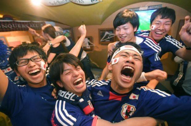 Người dân Nhật Bản đi bão, đổ ra đường ăn mừng chiến thắng gây sốc của đội nhà tại World Cup 2018 - Ảnh 17.