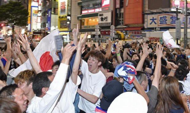 Người dân Nhật Bản đi bão, đổ ra đường ăn mừng chiến thắng gây sốc của đội nhà tại World Cup 2018 - Ảnh 18.