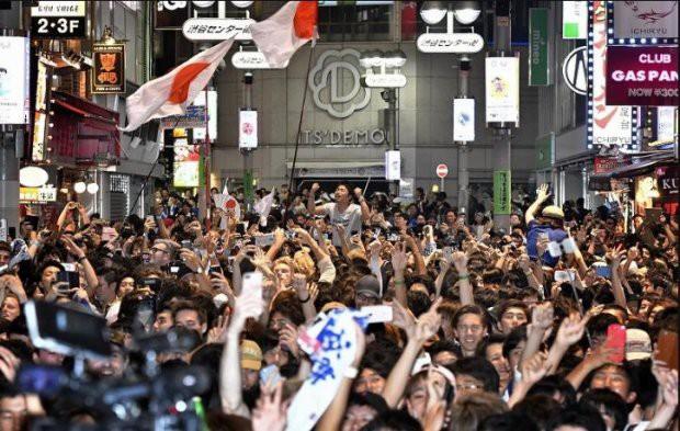 Người dân Nhật Bản đi bão, đổ ra đường ăn mừng chiến thắng gây sốc của đội nhà tại World Cup 2018 - Ảnh 19.