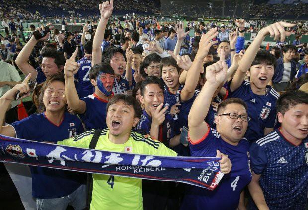 Người dân Nhật Bản đi bão, đổ ra đường ăn mừng chiến thắng gây sốc của đội nhà tại World Cup 2018 - Ảnh 20.
