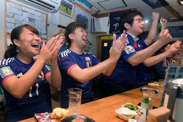 Người dân Nhật Bản đi bão, đổ ra đường ăn mừng chiến thắng gây sốc của đội nhà tại World Cup 2018 - Ảnh 8.