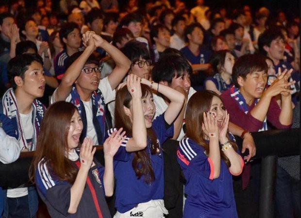 Người dân Nhật Bản đi bão, đổ ra đường ăn mừng chiến thắng gây sốc của đội nhà tại World Cup 2018 - Ảnh 9.