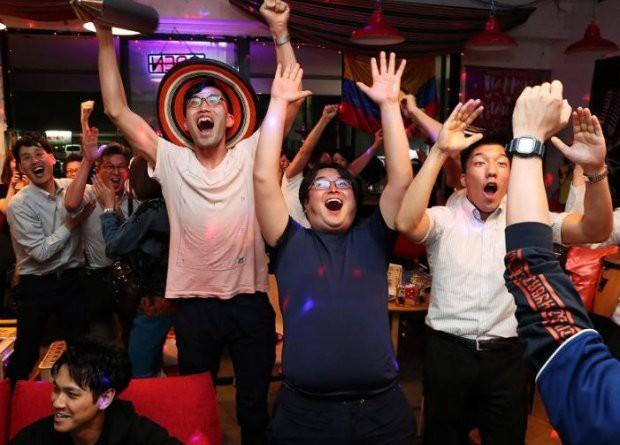 Người dân Nhật Bản đi bão, đổ ra đường ăn mừng chiến thắng gây sốc của đội nhà tại World Cup 2018 - Ảnh 10.