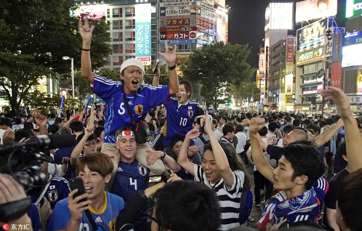 Người dân Nhật Bản đi bão, đổ ra đường ăn mừng chiến thắng gây sốc của đội nhà tại World Cup 2018 - Ảnh 3.