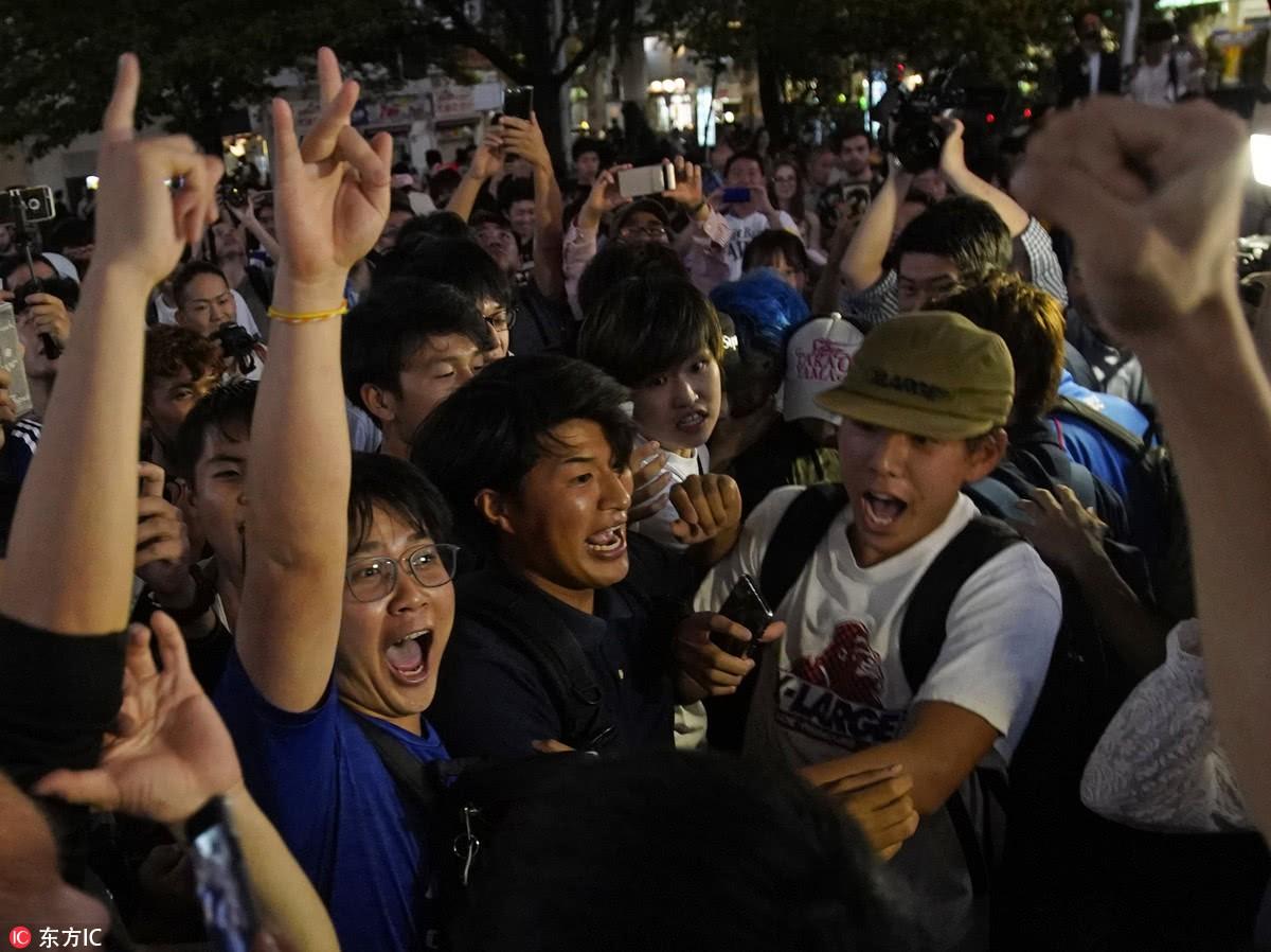 Người dân Nhật Bản đi bão, đổ ra đường ăn mừng chiến thắng gây sốc của đội nhà tại World Cup 2018 - Ảnh 4.