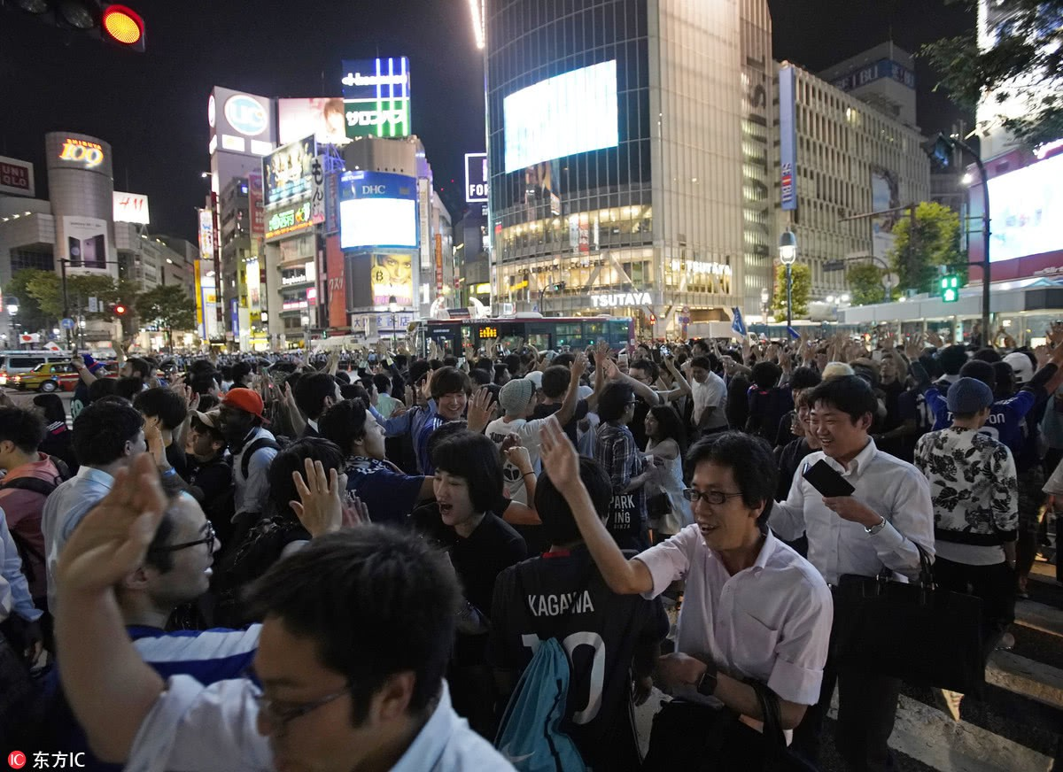 Người dân Nhật Bản đi bão, đổ ra đường ăn mừng chiến thắng gây sốc của đội nhà tại World Cup 2018 - Ảnh 14.