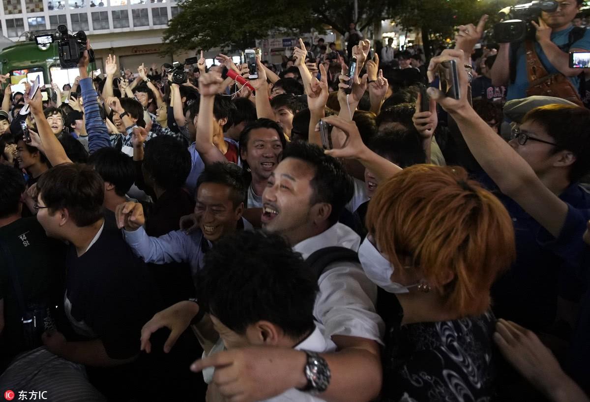 Người dân Nhật Bản đi bão, đổ ra đường ăn mừng chiến thắng gây sốc của đội nhà tại World Cup 2018 - Ảnh 13.