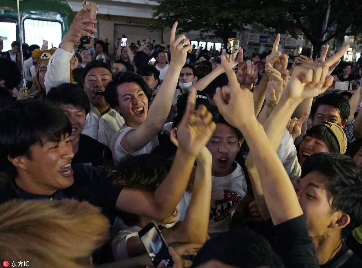 Người dân Nhật Bản đi bão, đổ ra đường ăn mừng chiến thắng gây sốc của đội nhà tại World Cup 2018 - Ảnh 15.