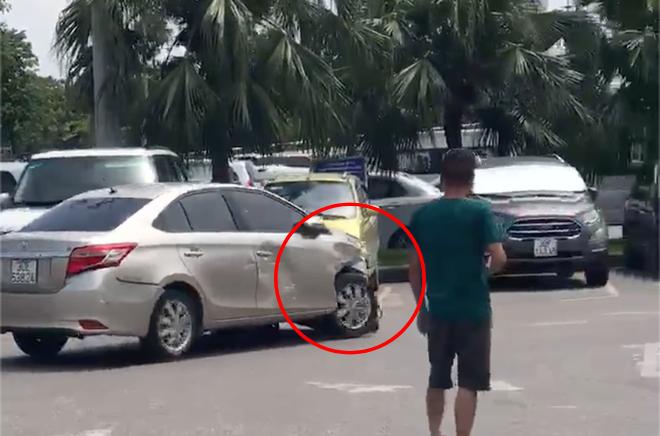 Hà Nội: Đang để gọn gàng trong bãi đỗ sân bay, 3 xế hộp đen đủi vẫn bị