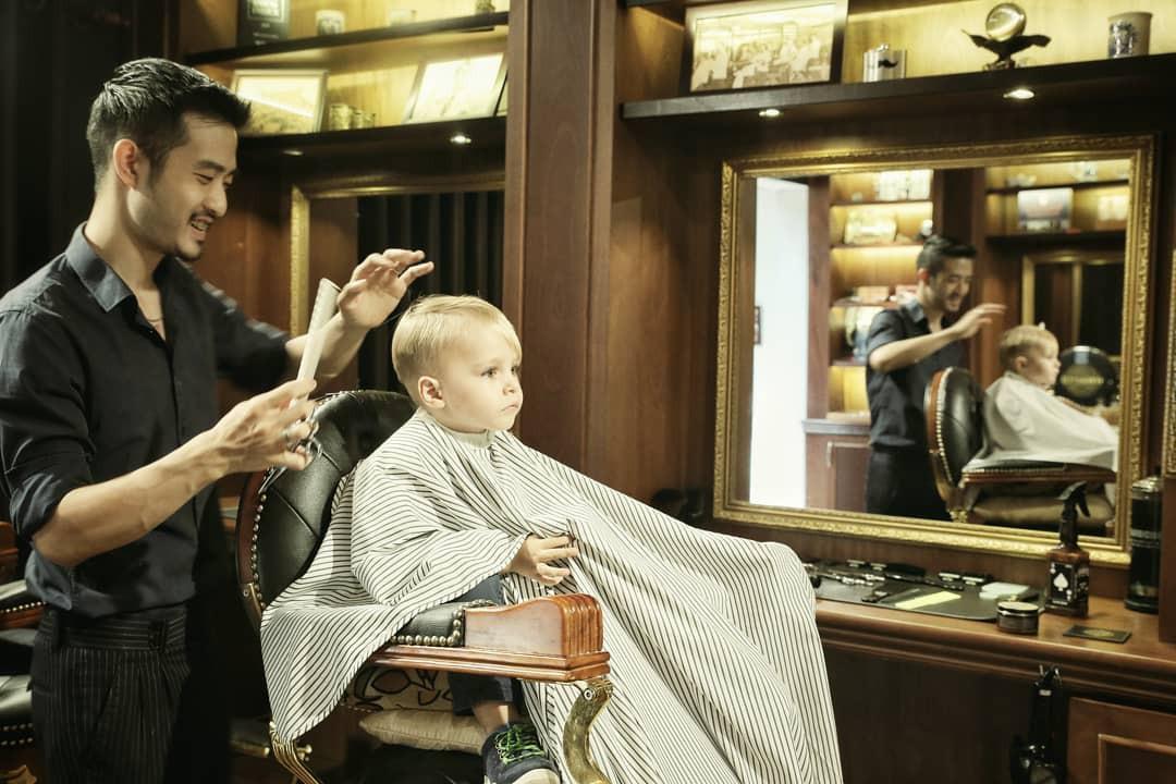 Ở Sài Gòn, nhất định phải thử ghé qua 3 tiệm này cắt tóc để trải nghiệm văn hoá quý ông - Ảnh 3.