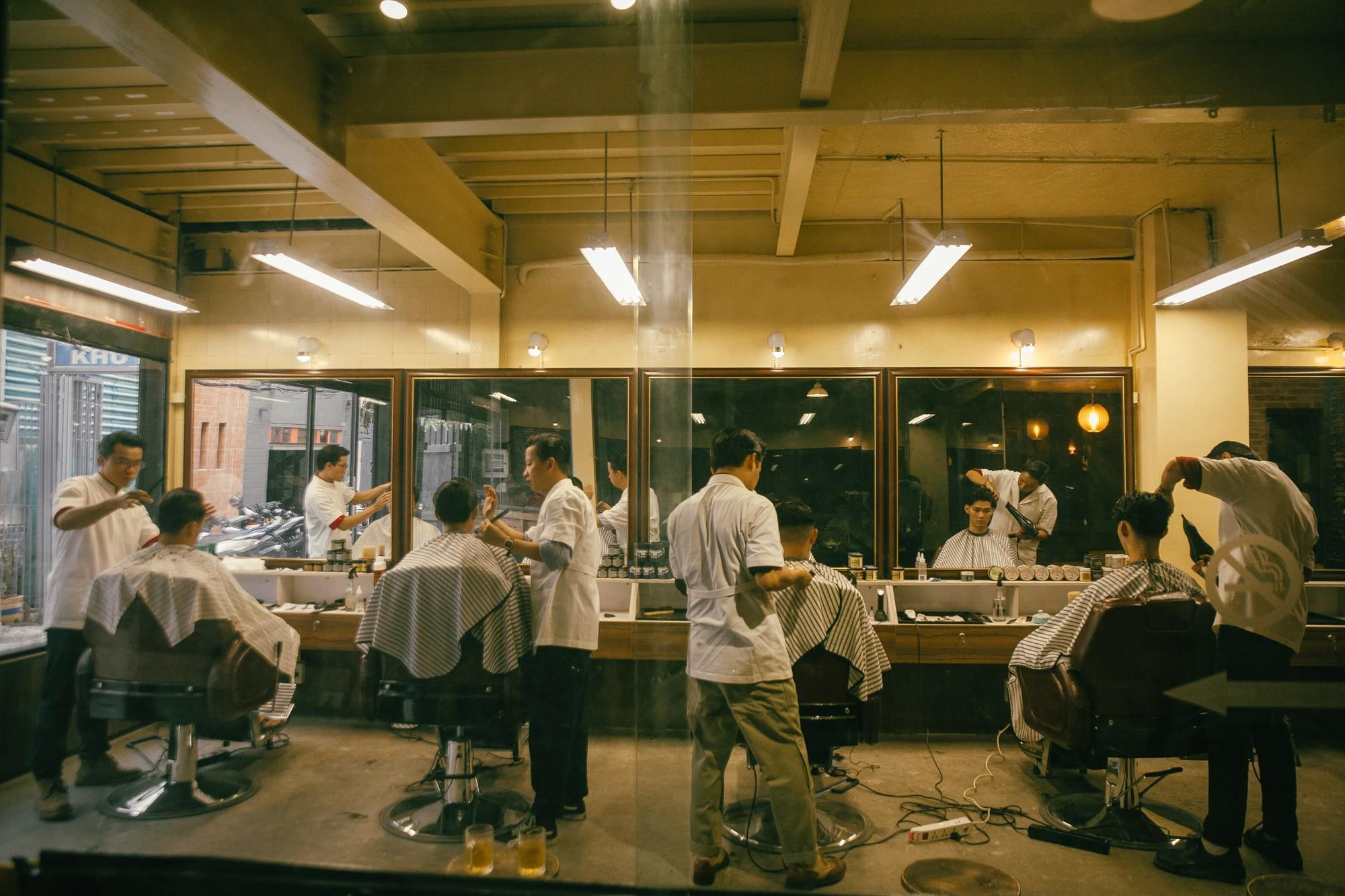 Ở Sài Gòn, nhất định phải thử ghé qua 3 tiệm này cắt tóc để trải nghiệm văn hoá quý ông - Ảnh 16.