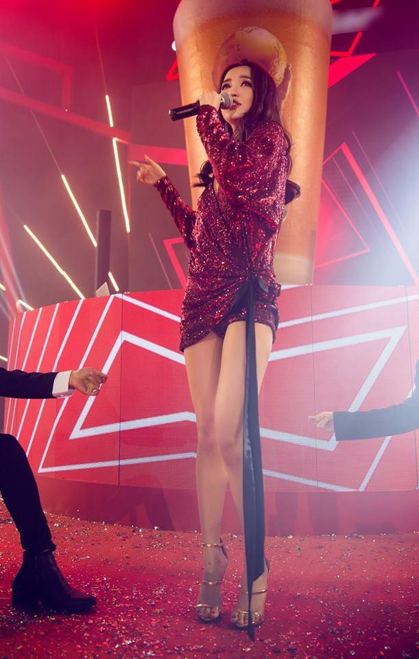 """Đôi cao gót tôn chân nuột nà của Bích Phương bỗng thành """"hot item"""" được các shop online thi nhau đăng bán - Ảnh 1."""