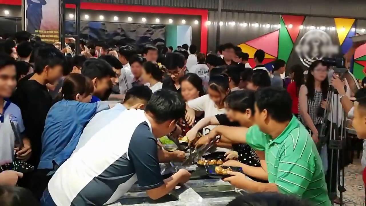 Cạn lời trước hình ảnh hàng trăm người chen lấn xô đẩy tranh giành ăn buffet miễn phí
