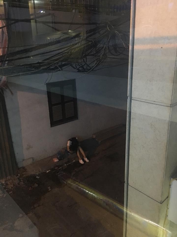 Câu chuyện Cô gái chờ bạn trai suốt đêm ngoài đường rồi bất ngờ bỏ đi để lại hết túi xách giấy tờ khiến cư dân mạng trổ tài thám tử - Ảnh 2.