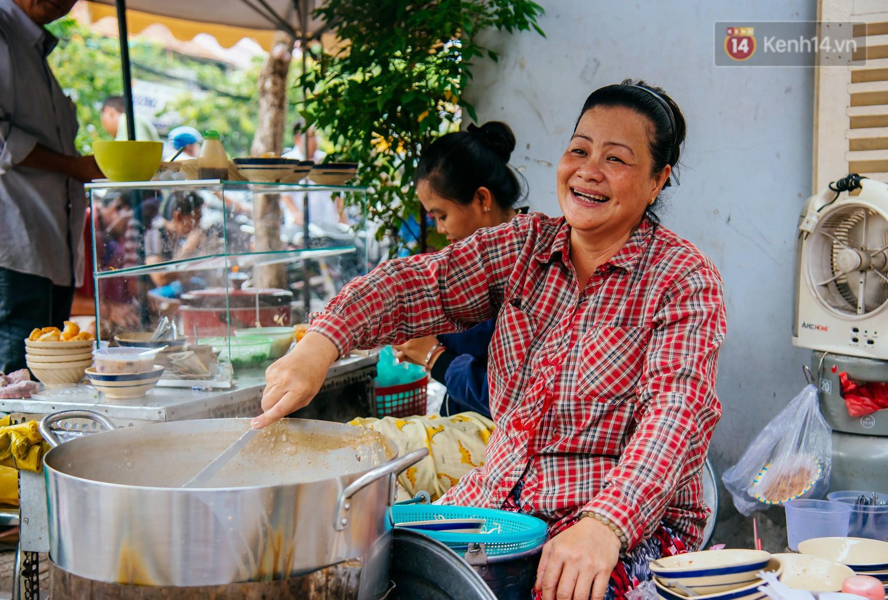 Quán cháo hào sảng giá 5.000 đồng/ tô của cô Tư Sài Gòn: Nhà Tư không nợ nần gì, bán vầy là sống thoải mái rồi! - Ảnh 6.