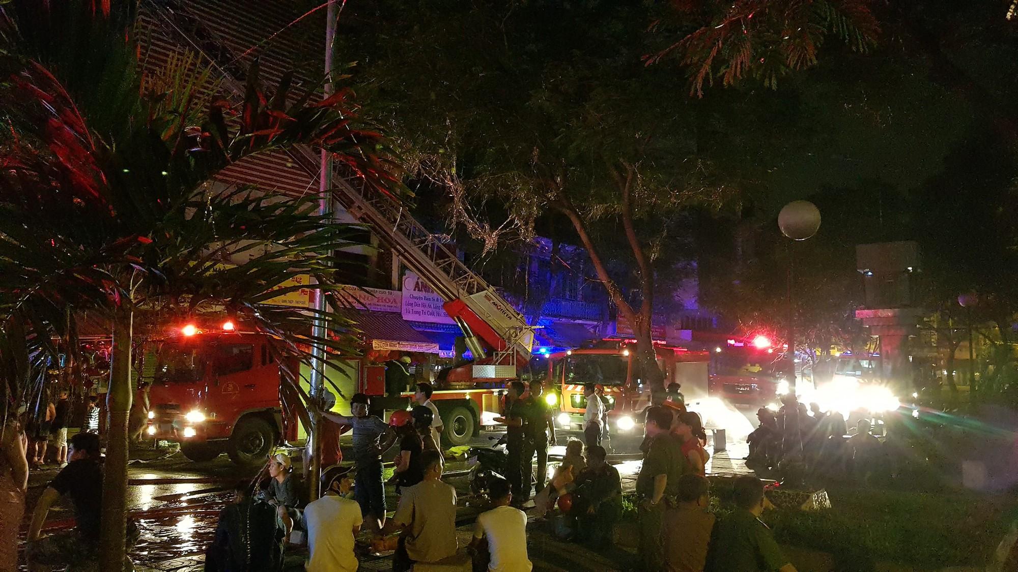Căn nhà 5 tầng ở Sài Gòn chìm trong biển lửa, hàng trăm chiến sỹ cứu hỏa nỗ lực chữa cháy trong đêm - Ảnh 4.