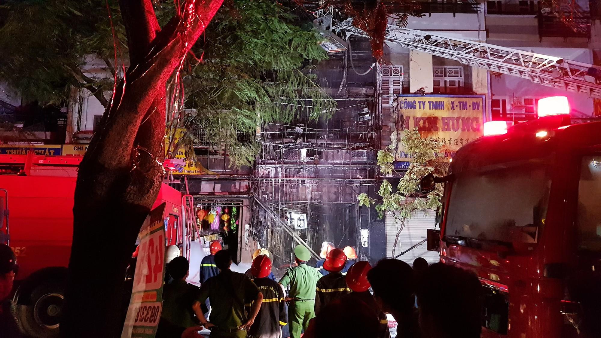 Căn nhà 5 tầng ở Sài Gòn chìm trong biển lửa, hàng trăm chiến sỹ cứu hỏa nỗ lực chữa cháy trong đêm - Ảnh 3.