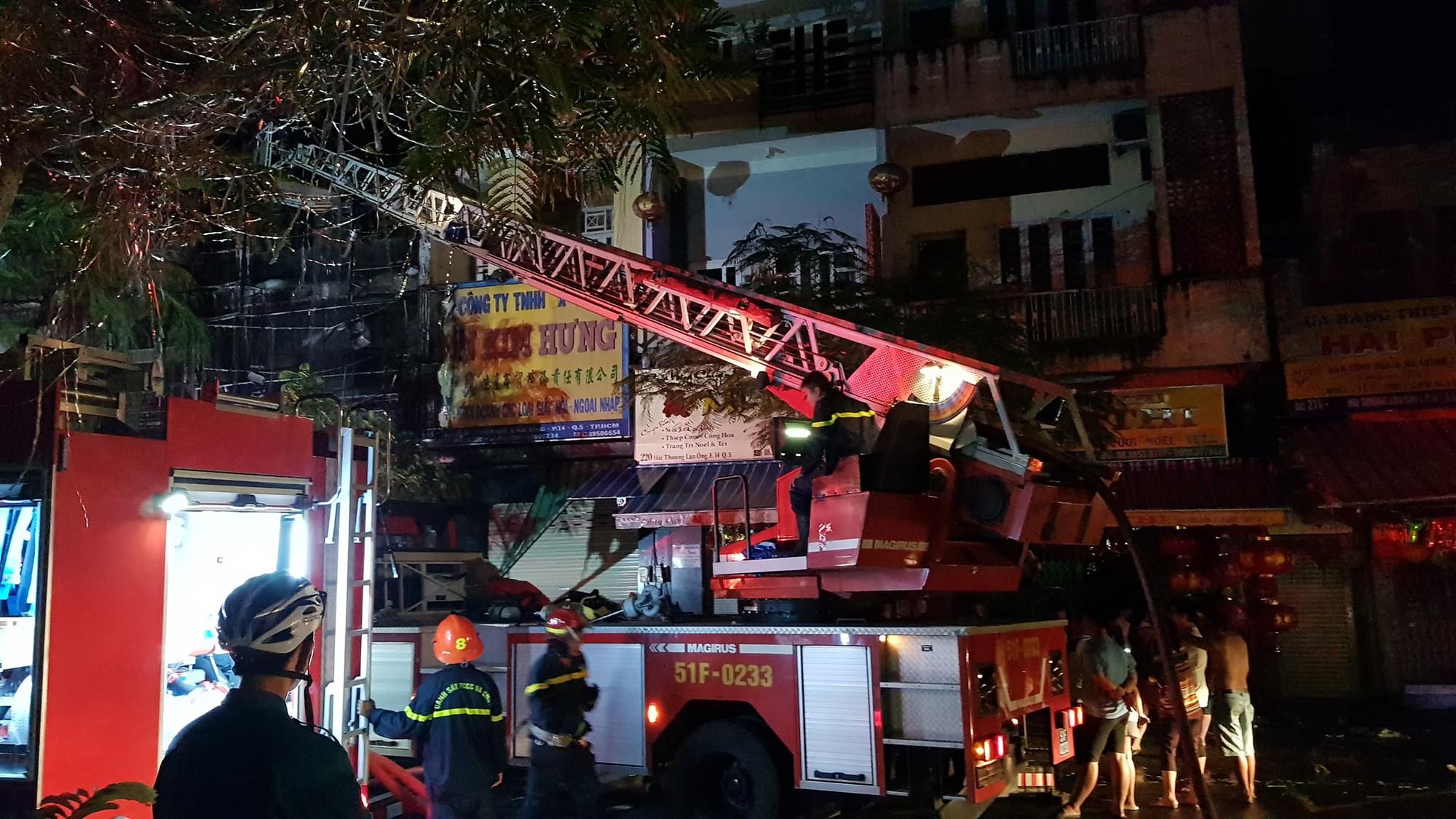 Căn nhà 5 tầng ở Sài Gòn chìm trong biển lửa, hàng trăm chiến sỹ cứu hỏa nỗ lực chữa cháy trong đêm - Ảnh 5.
