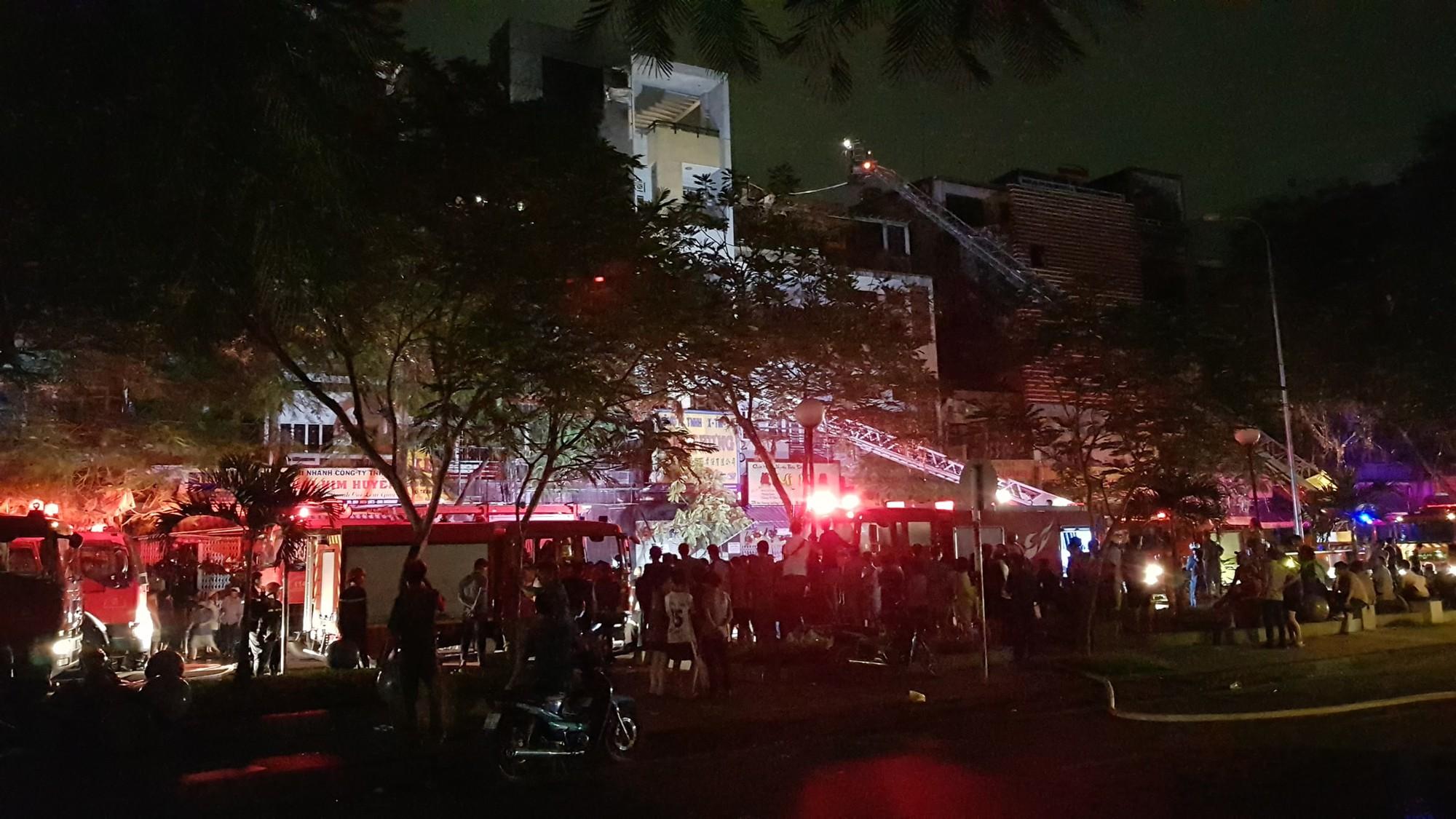 Căn nhà 5 tầng ở Sài Gòn chìm trong biển lửa, hàng trăm chiến sỹ cứu hỏa nỗ lực chữa cháy trong đêm - Ảnh 6.