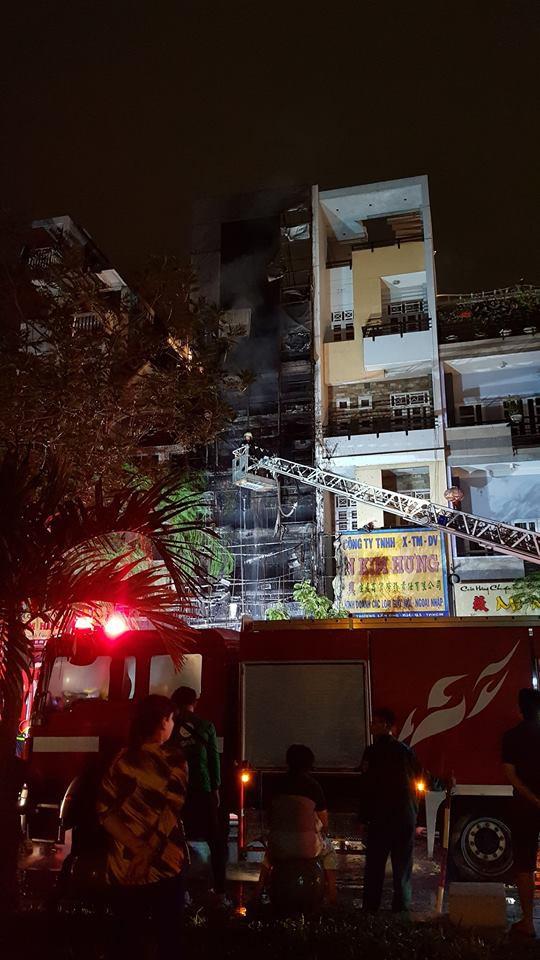 Căn nhà 5 tầng ở Sài Gòn chìm trong biển lửa, hàng trăm chiến sỹ cứu hỏa nỗ lực chữa cháy trong đêm - Ảnh 2.