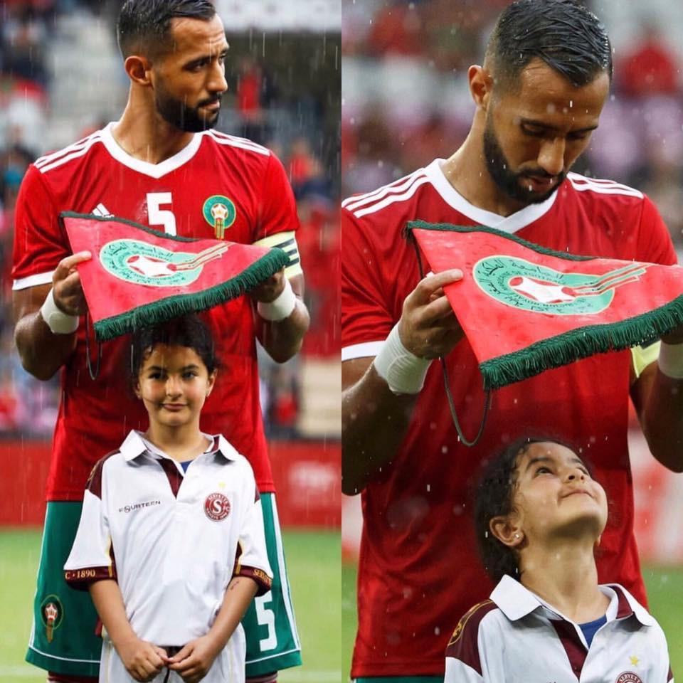 Loạn nhịp trước khoảnh khắc Medhi Benatia (Morocco) dùng cờ hiệu che mưa cho bé gái trên sân cỏ - Ảnh 1.