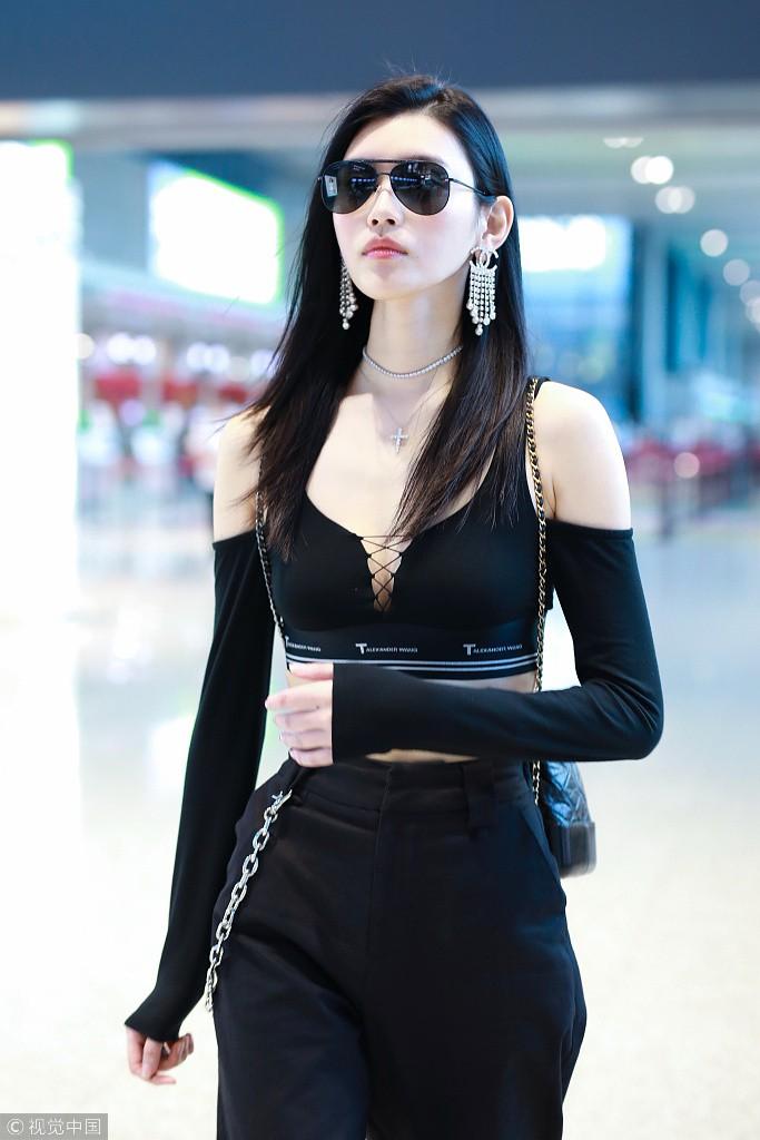 Diện áo croptop, body đẹp khó tin của siêu mẫu Ming Xi khiến dân tình phải tròn mắt trầm trồ - Ảnh 3.