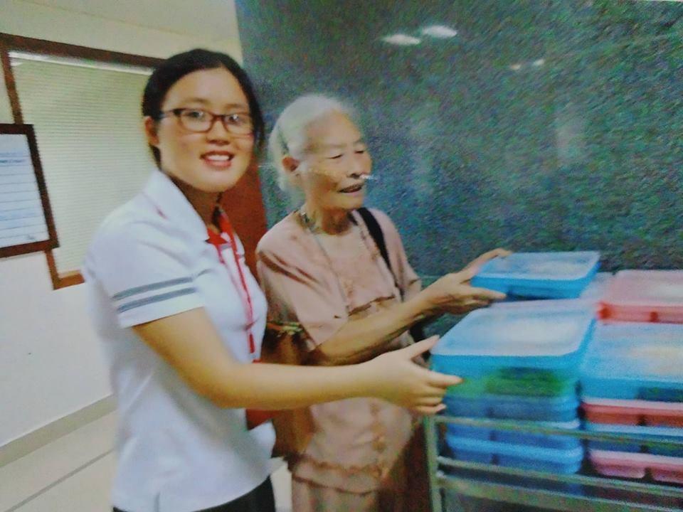 Bà cụ 82 tuổi quyên tiền để phát cháo miễn phí cho bệnh nhân nghèo suốt ba năm nay ở Hà Nội - Ảnh 2.