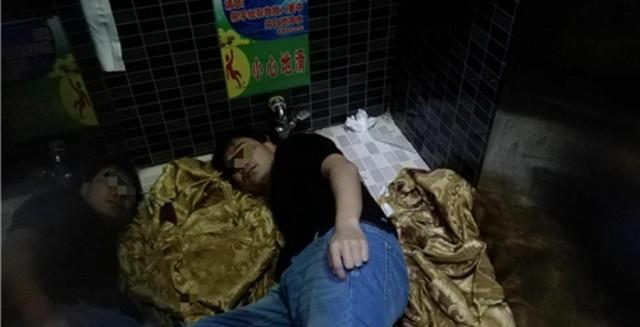 Trung Quốc: Cô gái say rượu thụt chân xuống xí xổm, lính cứu hỏa phải tới phá toa-lét mới lôi được nàng ra - Ảnh 4.