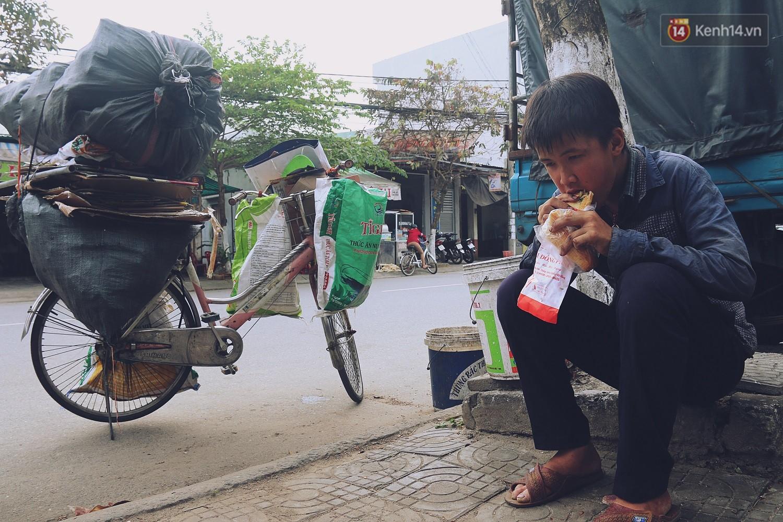 Chuyện của Thịnh: Cậu bé 16 tuổi ngày ngày nhặt rác trên đường phố Đà Nẵng vẫn luôn nở nụ cười - Ảnh 7.