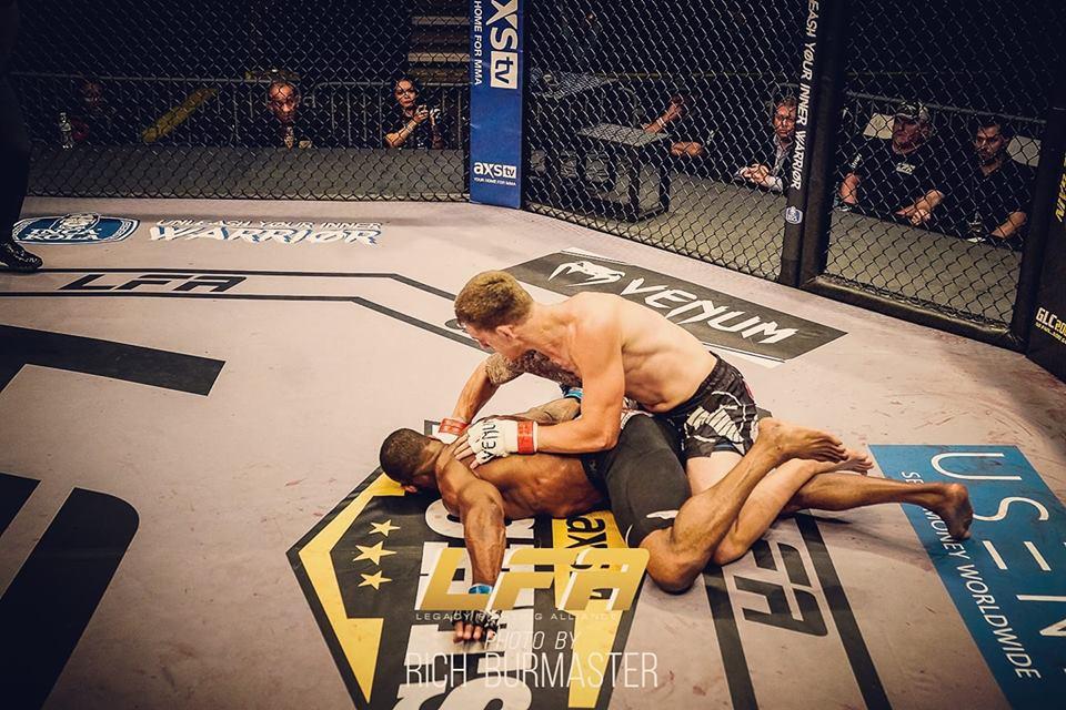 Một đấm chính xác, võ sĩ cho đối thủ knock-out sấp mặt - Ảnh 2.