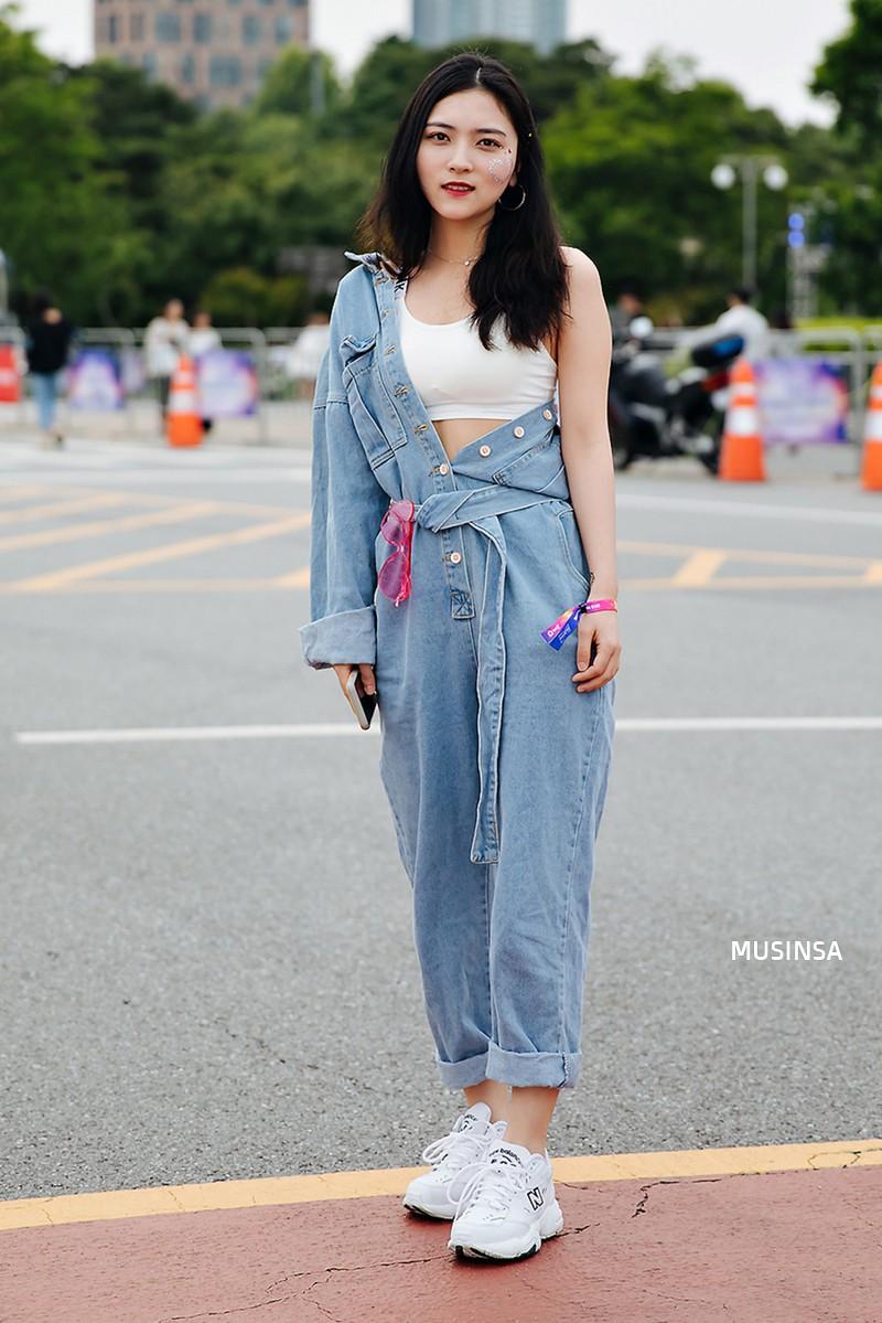 Toàn đồ đơn giản nhưng lại có những cú twist chẳng ai nghĩ ra, street style của giới trẻ Hàn sẽ khiến bạn phục sát đất - Ảnh 7.