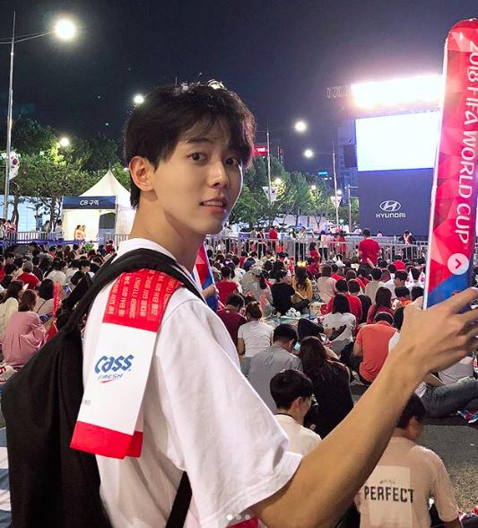Chàng cổ động viên người Hàn gây sốt chỉ với một khoảnh khắc khi đi cổ vũ World Cup - Ảnh 1.