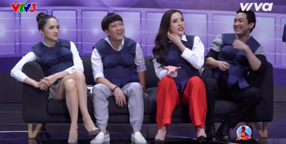 Cùng là Hoa hậu nhưng Kỳ Duyên và Hương Giang lại có dáng ngồi quá khác nhau! - Ảnh 2.