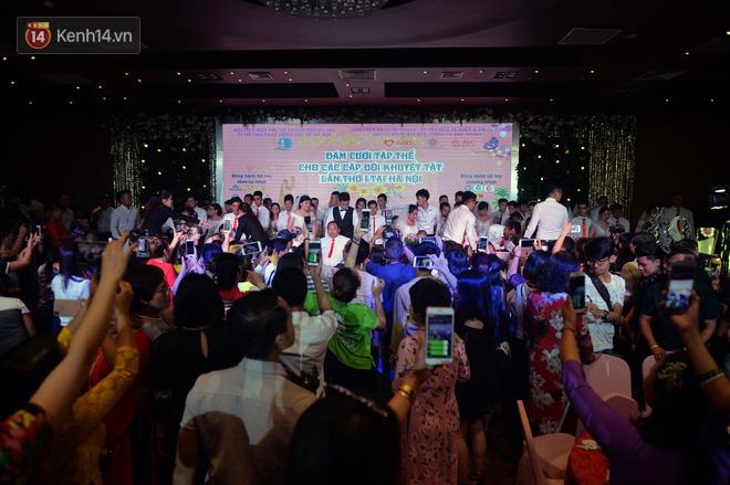 Xúc động lễ cưới tập thể của 41 cặp vợ chồng khuyết tật ở Hà Nội - Ảnh 1.