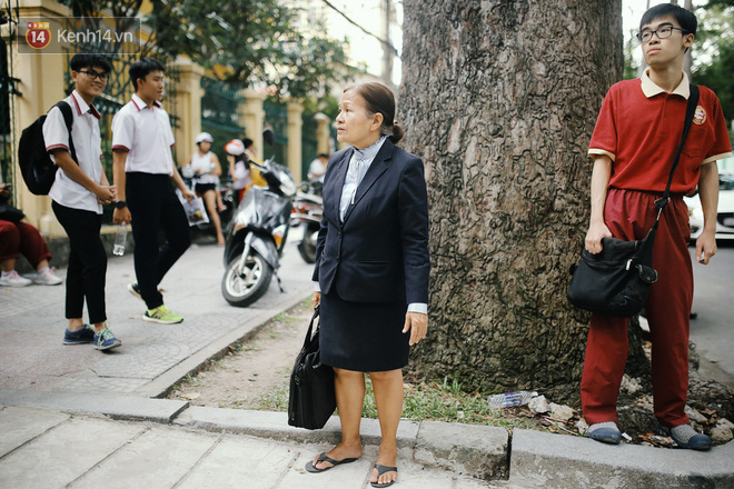 Có một cô giáo 67 tuổi mặc vest mang dép lê, 10 năm đứng chờ sĩ tử Sài Gòn: Không lập gia đình, cưng học sinh như con - Ảnh 2.