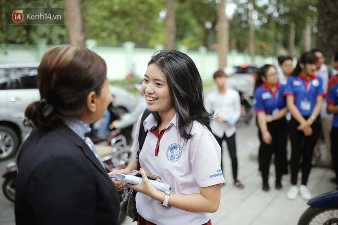 Có một cô giáo 67 tuổi mặc vest mang dép lê, 10 năm đứng chờ sĩ tử Sài Gòn: Không lập gia đình, cưng học sinh như con - Ảnh 8.