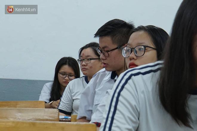 Thí sinh hoàn thành bài thi môn Toán: Người nhận xét khó, người nói phân loại được học sinh - Ảnh 48.