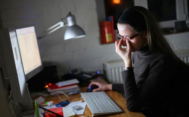 Không muốn gia nhập hội đeo kính cận thì giới trẻ cần từ bỏ ngay 5 thói quen này - Ảnh 5.