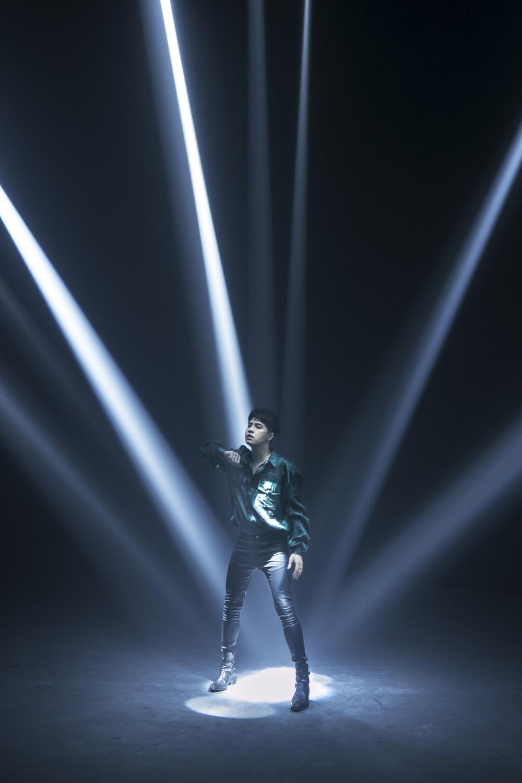 Noo Phước Thịnh không ngại đi ngược xu hướng thị trường, tung MV toàn set quay nhảy với hệ thống ánh sáng hoành tráng - Ảnh 6.