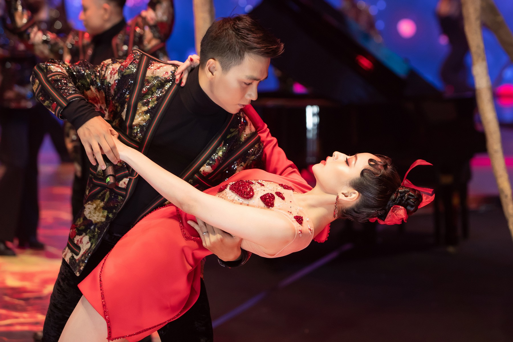 """Chi Pu làm mới """"Đóa hoa hồng"""" bằng phong cách dàn nhạc, không biểu diễn vũ đạo kỳ lạ - Ảnh 2."""