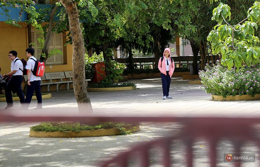 Nắng nóng khiến mồ hôi rơi lã chã nhưng bao cha mẹ vẫn đứng ngoài cổng chờ chỉ với mong muốn giản đơn: Mong con có động lực làm bài thi thật tốt - Ảnh 1.