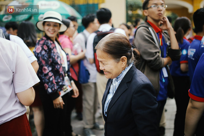 Có một cô giáo 67 tuổi mặc vest mang dép lê, 10 năm đứng chờ sĩ tử Sài Gòn: Không lập gia đình, cưng học sinh như con - Ảnh 7.