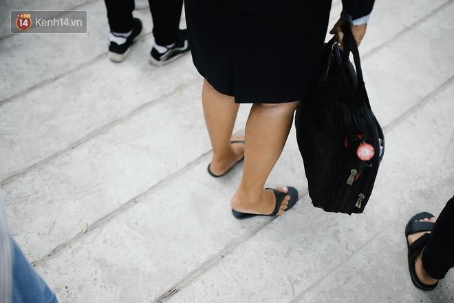 Có một cô giáo 67 tuổi mặc vest mang dép lê, 10 năm đứng chờ sĩ tử Sài Gòn: Không lập gia đình, cưng học sinh như con - Ảnh 4.
