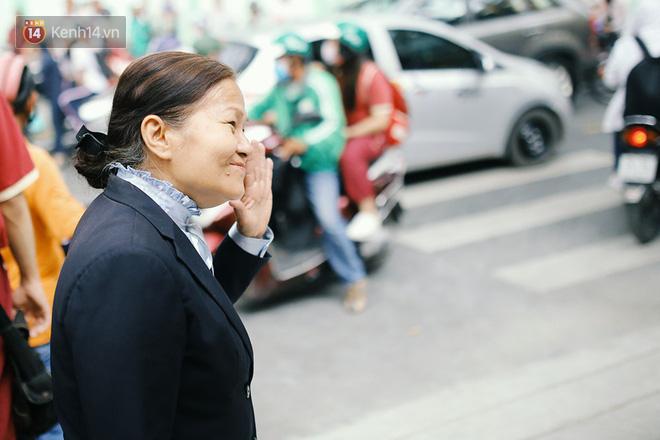 Có một cô giáo 67 tuổi mặc vest mang dép lê, 10 năm đứng chờ sĩ tử Sài Gòn: Không lập gia đình, cưng học sinh như con - Ảnh 6.