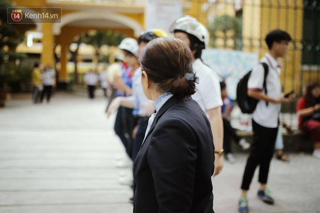 Có một cô giáo 67 tuổi mặc vest mang dép lê, 10 năm đứng chờ sĩ tử Sài Gòn: Không lập gia đình, cưng học sinh như con - Ảnh 3.