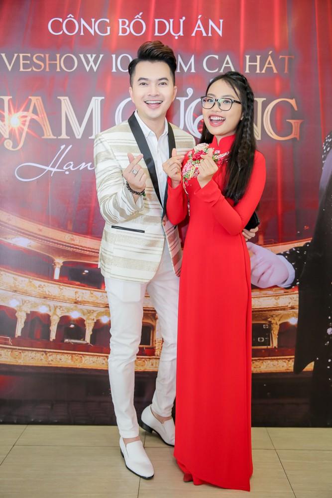 Phương Mỹ Chi xuất hiện phổng phao mừng Nam Cường tổ chức liveshow kỉ niệm 10 năm ca hát - Ảnh 1.