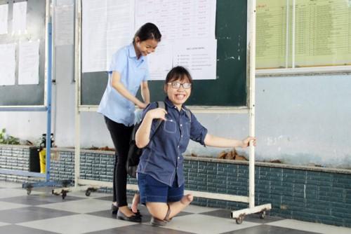 Phòng thi đặc biệt của các thí sinh khuyết tật, bị tai nạn không thể tự chép bài, phải có người chép hộ - Ảnh 1.