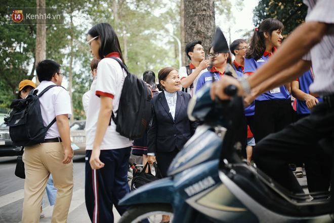 Có một cô giáo 67 tuổi mặc vest mang dép lê, 10 năm đứng chờ sĩ tử Sài Gòn: Không lập gia đình, cưng học sinh như con - Ảnh 9.