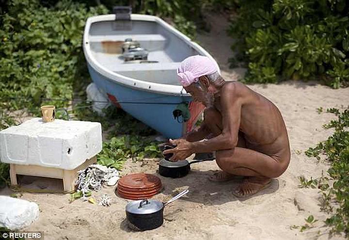 Cuộc sống trên hoang đảo không mảnh vải che thân của cụ ông 82 tuổi - Ảnh 3.