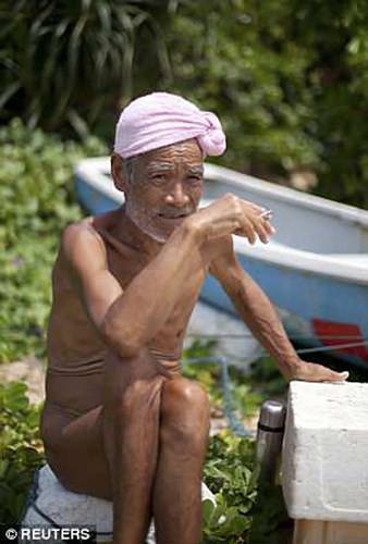 Cuộc sống trên hoang đảo không mảnh vải che thân của cụ ông 82 tuổi - Ảnh 4.